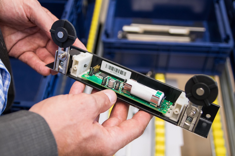 Neue Technologien: eKanbansystem Messedemonstrationsregal Inwerken und WSN- WSNet Regalsensor vor KLT: Inwerken und WSN auf der CeMAT