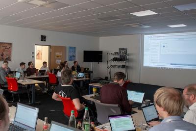 Entwickler und Entwicklerinnen bei der SAP CodeJam mit Ingo Bräuninger